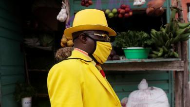 صورة بالصور| مصمم أزياء من كينيا يمتلك 160 بدلة بلون موحّد ومُلفت