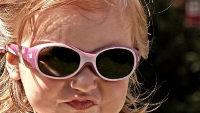 صورة النظارة الشمسية.. مفيدة أم ضارة للأطفال؟