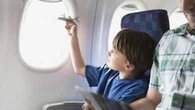 صورة طرق بسيطة لحماية الأطفال أثناء السفر بالطائرات