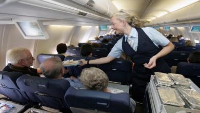 Photo of لائحة أطعمة عليك عدم تناولها في الطائرة