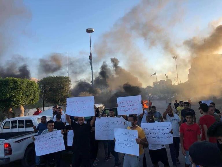 مسيرات احتجاجية في طرابلس والزاوية تدين حكومة الوفاق وتردي الأحوال المعيشية في البلاد