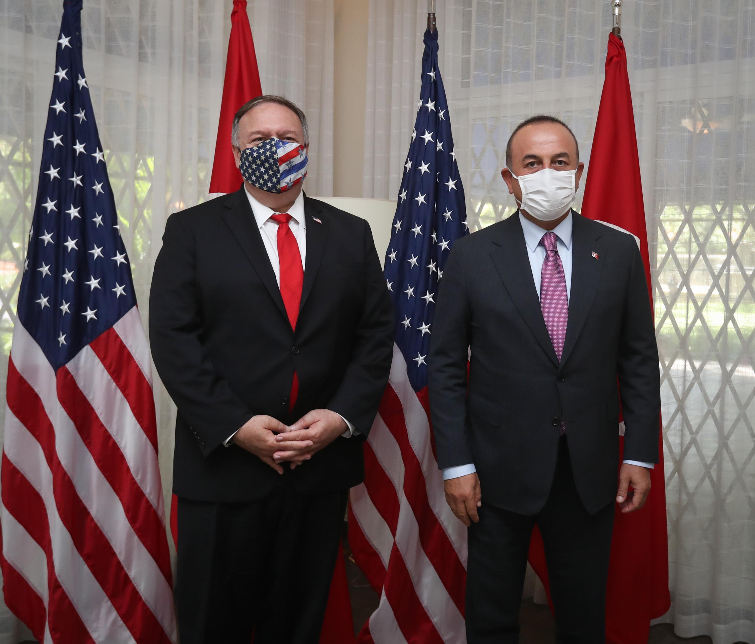 أوغلو يبحث مع نظيره الأمريكي مايك بومبيو التطورات في ليبيا