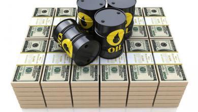 """صورة إعصار """"لورا"""" يدعم استقرار أسعار النفط"""