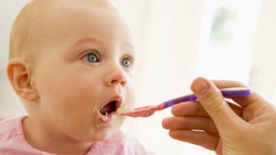 صورة حان وقت تنويع الطعام؟ هكذا تعرفين طفلك على النكهات