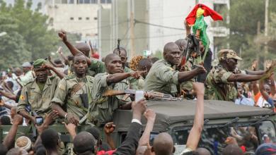 صورة بعد ساعات من الانقلاب العسكري.. رئيس مالي يعلن استقالته