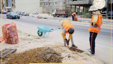 صورة بلدية الخمس تطلق حملة تنظيف غرف تصريف مياه