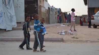 """معاناة إضافية لنازحي توارغاء في طرابلس .. ظهور إصابة مؤكدة بفيروس كورونا بمخيم الفلاح """"1"""" -"""" الصورة أرشيفية من مخيم طريق المطار"""""""