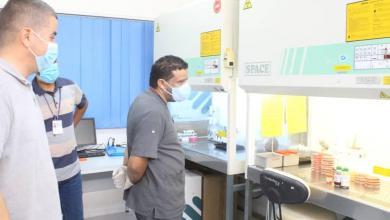 صورة الجالي يجري جولة تفقدية داخل أقسام مركز طبرق الطبي