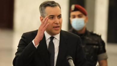 صورة رئيس الحكومة اللبنانية المكلف يستقيل من منصبه