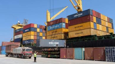 صورة ميناء بنغازي يستقبل حاويات سلع وسيارات