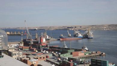 صورة ميناء طبرق يستقبل آلاف الأطنان من الإسمنت وحبوب القمح