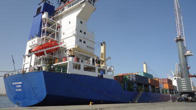 صورة الحركة التجارية في ميناء طرابلس البحري