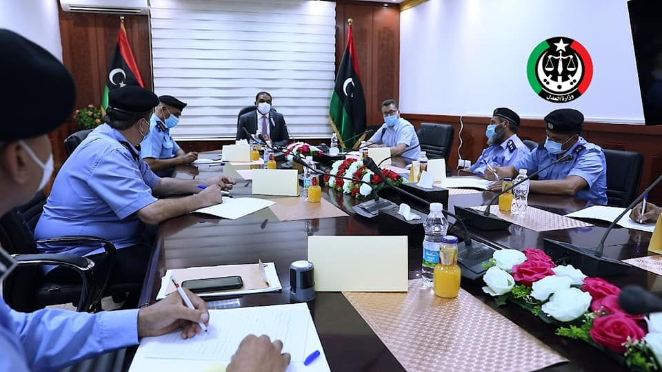 وزير العدل بحكومة الوفاق يتابع عمل جهاز الشرطة القضائية وأحوال السجون