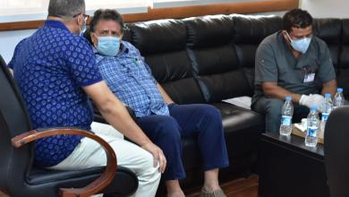 صورة عقوب يجتمع مع الجالي لمناقشة احتياجات مركز طبرق الطبي