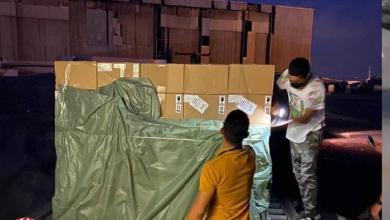 صورة وصول شحنتان من الإمدادات الطبيّة لمكافحة كورونا إلى مطار معيتيقة