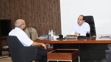 """صورة """"معيتيق"""" يناقش مشاكل الانتخابات البلدية مع رئيس اللجنة المركزية"""