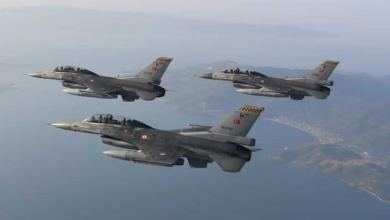 صورة وفدان عسكريان تركي ويوناني يبحثان أساليب فض النزاع