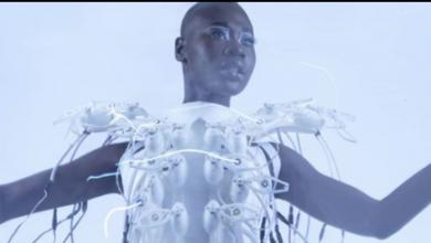 """صورة التكنولوجيا والأزياء تجتمعان في فستان """"يقرأ الأفكار"""""""