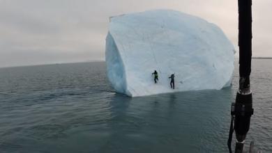 صورة مشهد مذهل.. انقلاب جبل جليدي ونجاة مغامرين.. شاهد