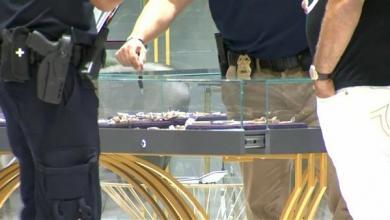 صورة لصوص يلتزمون بالإجراءات الوقائية خلال سرقة متجر (فيديو)