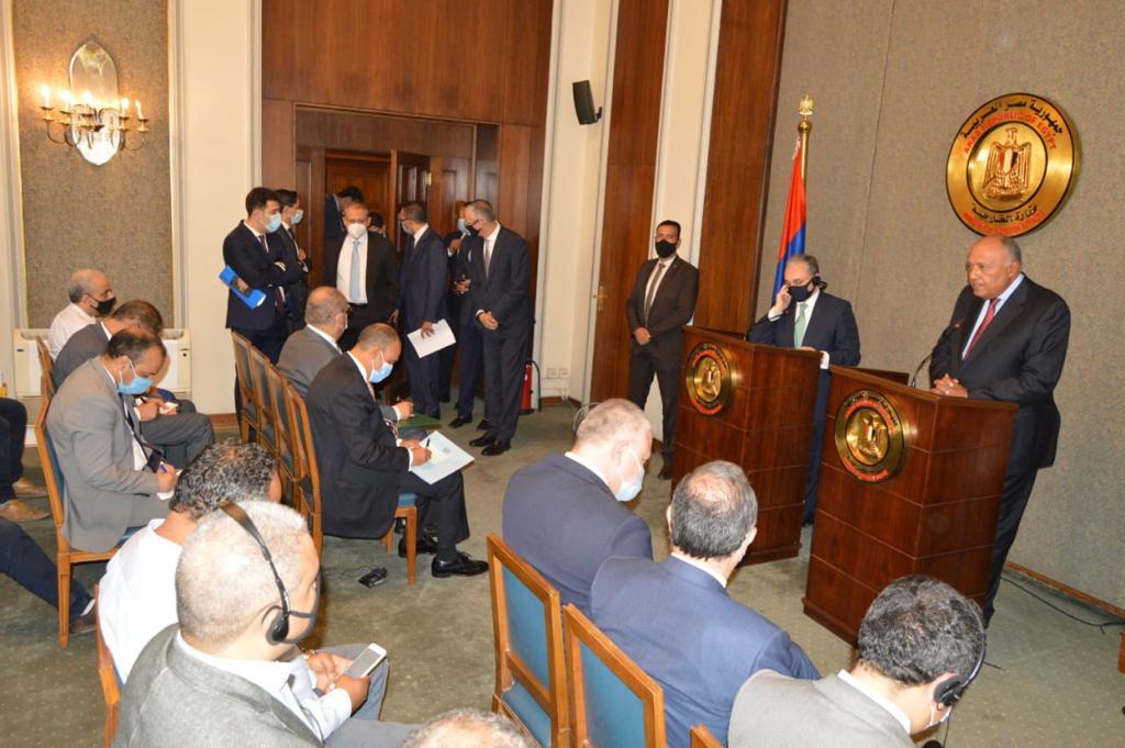 وزير الخارجية المصري سامح شكري مع نظيره الأرميني زهراب مناتساكانيان