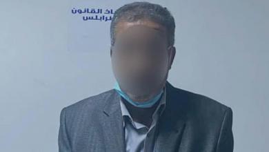 صورة ضبط مسؤول كبير بشركة الكهرباء متهم بالفساد