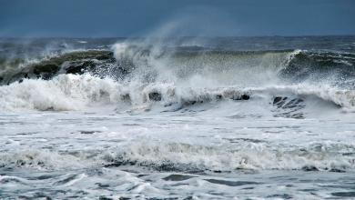 صورة حالة الطقس: رياح بحرية ترفع مستوى الأمواج على الشوطئ الليبية