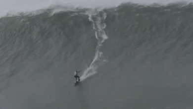 """صورة امرأة تحطم رقماً قياسياً بركوبها """"موجة أسطورية"""" (فيديو)"""