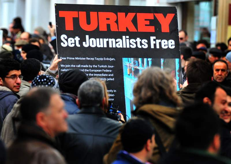 من مظاهرة سابقة احتجاجاً على قمع السلطات التركية للصحفيين - عدسة:مصطفى أوزر / وكالة الصحافة الفرنسية