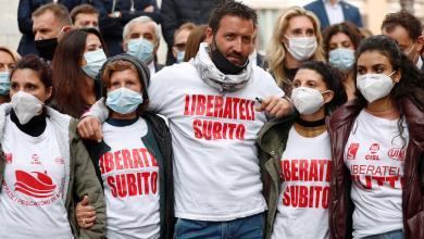صورة أهالي الصيادين الإيطاليين المحتجزين في ليبيا يحتجون أمام البرلمان
