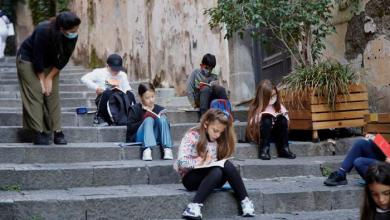 صورة بلدة إيطالية تحوّل شوارعها إلى مدارس.. شاهد