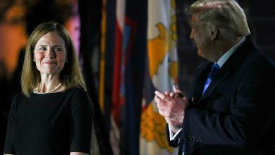 صورة وسط تنديد الديمقراطيين.. باريت تؤدي اليمين بحضور ترامب
