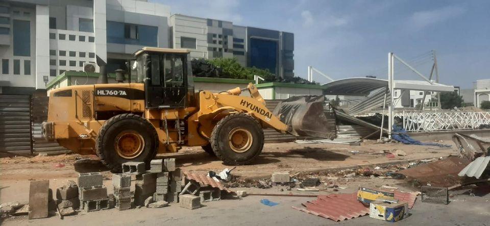 """حملة بلدية """"أبوسليم"""" لإزالة التعديات على الطريق العام"""