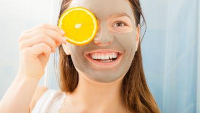 صورة كيف يمكنكِ تقشير وجهكِ بالليمون للحصول على بشرة نظرة؟ إليكِ الإجابة