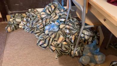 صورة توزيع سلال غذائية ومعدات طبية على النازحين في درج