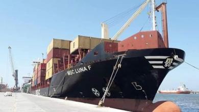 صورة ميناء بنغازي يستقبل عددًا من السفن التجارية