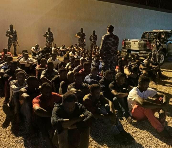 مصراتة.. القبض على 96 شخصاً من جنسيات أفريقية مختلفة بتهمة إدارة أوكار دعارة وتعاطي مخدرات