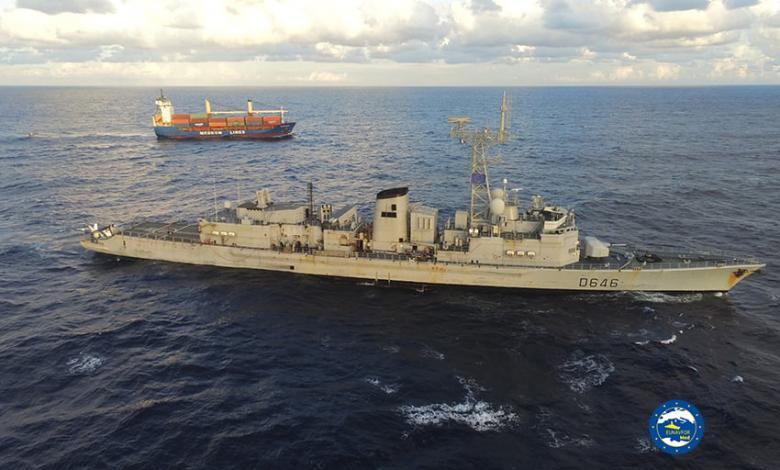 صورة فرقاطة فرنسية تُفتّش سفينة قادمة من تركيا إلى مصراتة