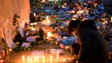 صورة آلاف الفرنسيين يودّعون المدرس المغدور.. وفصول الجريمة تتوالى