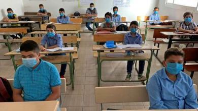طلاب يضعون كمامات للوقاية من فيروس كورونا خلال حضورهم فصل دراسي في مصراتة- 4 أكتوبر 2020 تصوير: أيمن السهلي - رويترز