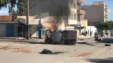"""صورة تونس.. مواجهات في """"سبيطلة"""" بعد هدم """"كشك"""" وموت صاحبه النائم داخله"""