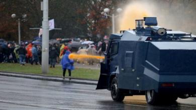 صورة روسيا البيضاء تتيح للشرطة استخدام أسلحة قتالية لقمع المحتجين