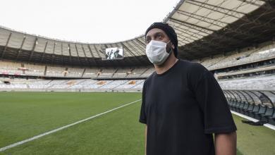 """صورة النجم البرازيلي السابق """"رونالدينيو"""" يُطمئن محبيه بعد إصابته بـ""""كورونا"""""""