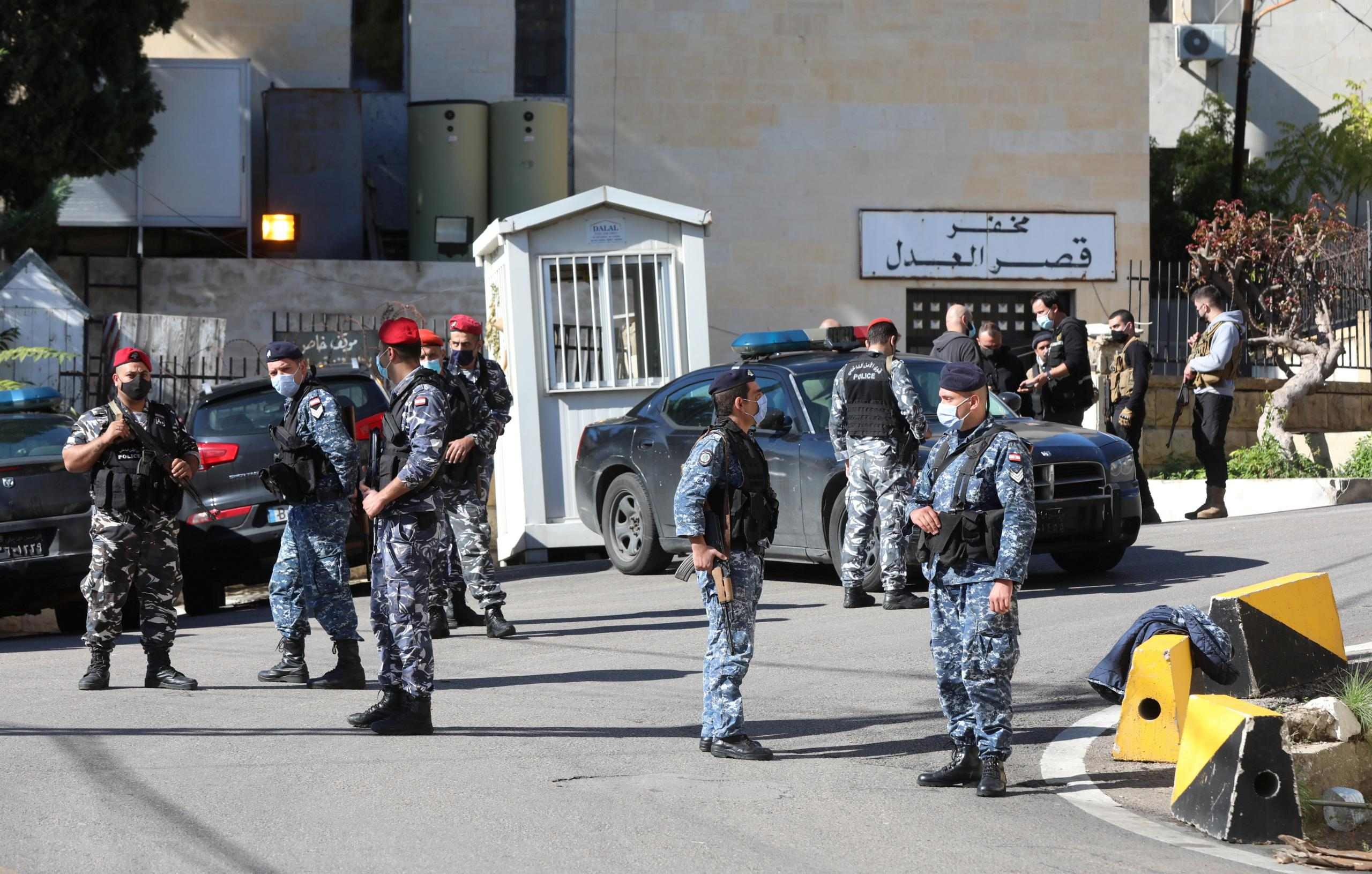 الأمن اللبناني أمام قصر العدل بعد فرار 70 سجين