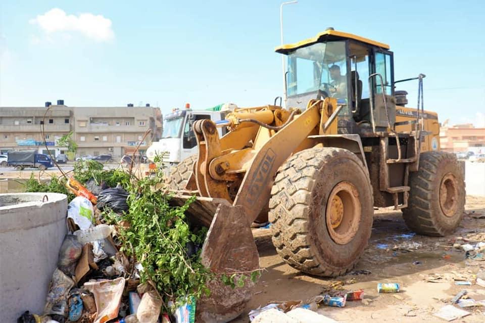 جانب من حملة التنظيف للشوارع والأحياء التي تقوم بها بلدية بنغازي