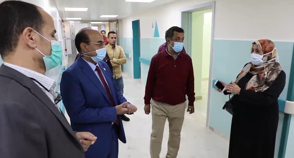 بوجواري يجري زيارة إلى مستشفى الأطفال للطب والجراحة بنغازي