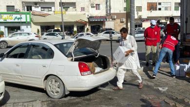 الهلال الأحمر الليبي بدعم الصليب الأحمر يوزع السلال الغذائية ومواد التنظيف