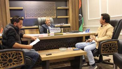 اجتماع في مقر بلدية طبرق لمتابعة مشروع إنارة المدينة