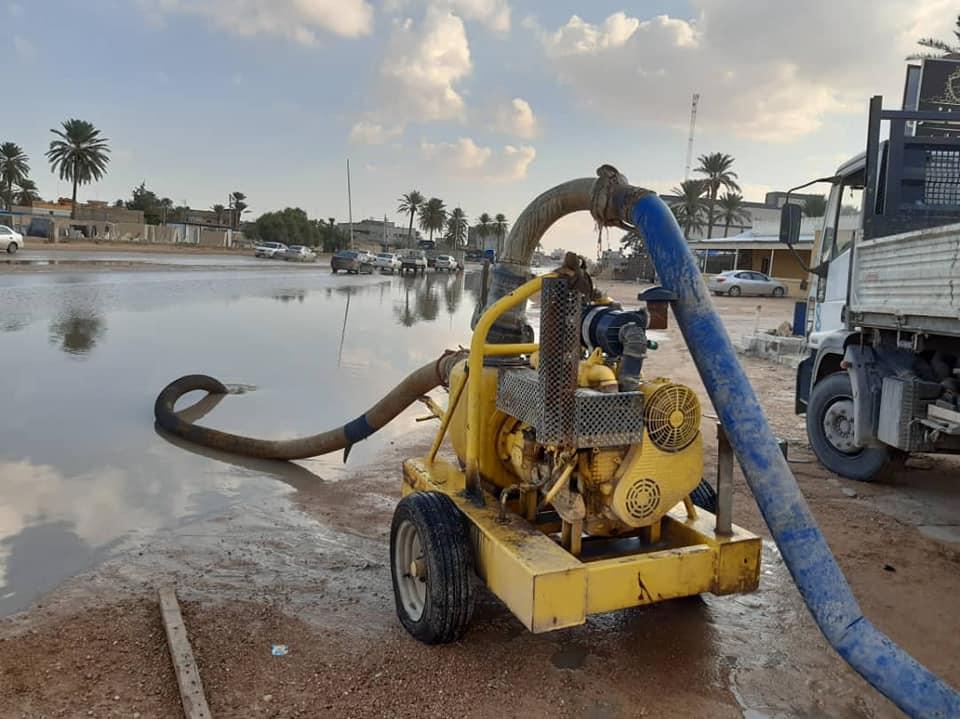 مصراتة.. سحب مياه الأمطار المتجمعة في مستنقعات بضاحية كرزاز