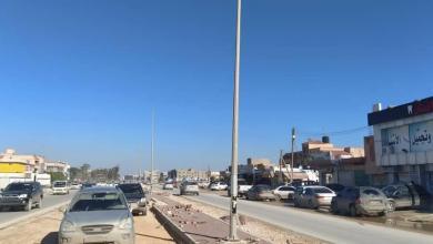 بنغازي.. أعمال تركيب أعمدة إنارة للطريق الدائري الرابع